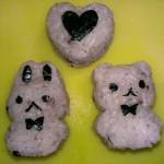 セリアの人形焼き用の型でおむすび作ると丁度良い!
