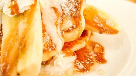 SEA BiRDS CAFE(シーバーズカフェ)のハニーキャラメルパンケーキはクリームとキャラメルが溶けてとろ~り