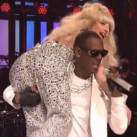 "LADY GAGAとR.Kellyの""Do What U Want""コラボをSNLで初披露!"