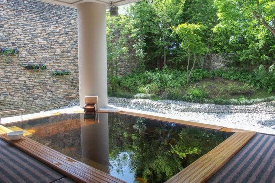 あてま温泉 新潟当間高原のベルナティオの露天風呂